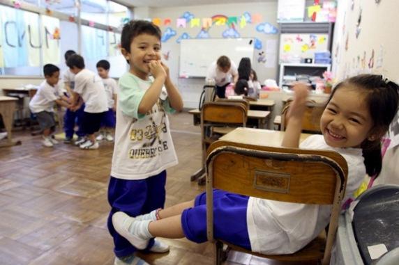EKB11 - HAMAMATSU (JAPÓN), 21/06/06.- Estudiantes del Colegio Mundo De Alegría, una escuela para niños sudamericanos, en Hamamatsu, en la provincia de Shizuoka (Japón) hoy, miércoles 21 de junio. La escuela abrió en el 2003 y tiene una asistencia de 110 estudiantes entre las edades de 4 a 17 años, de parientes sudamericanos que trabajan en las fábricas como Yamaha, Honda y Suzuki. La escuela ofrece cursos en español, portugués y japonés además de la lengua natural de los estudiantes que vienen desde Brasil, Perú y Argentina. EFE/Everett Kennedy Brown