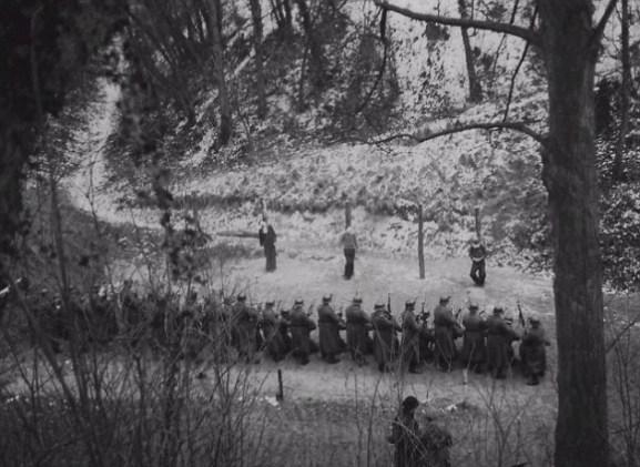 resistencia-francia-frente-a-peloton-de-fusilamiento-nazi-580x424
