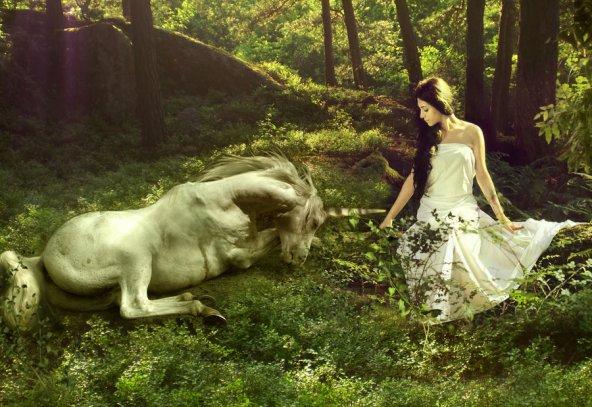 xica amb unicorni