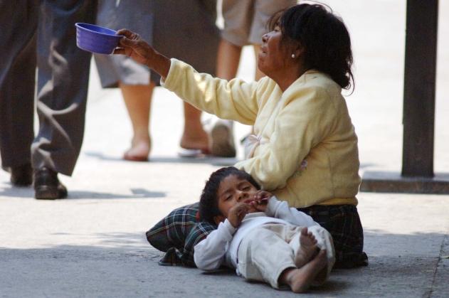 GRO10510099. Chilpancingo, Guerrero.- No todas las madres mexicanas festejan el 10 de mayo. Para muchas de ellas, la pobreza las lleva a sobrevivir, sin importar el día en que se encuentren o la fecha que marca el calendario. NOTIMEX/FOTO/ALEJANDRINO GONZÁLEZ/AGR/HUM/