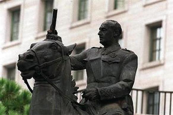 Santander-retira-ultima-estatua-ecuestre-Franco
