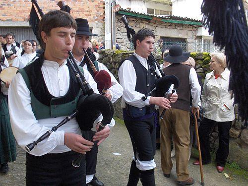 Gaiteiros_em_romaria_galega