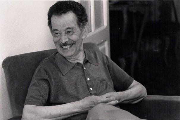 Enric-Valor-somriu-divertit-recordant-La-rabosa-i-el-corb-1024x685