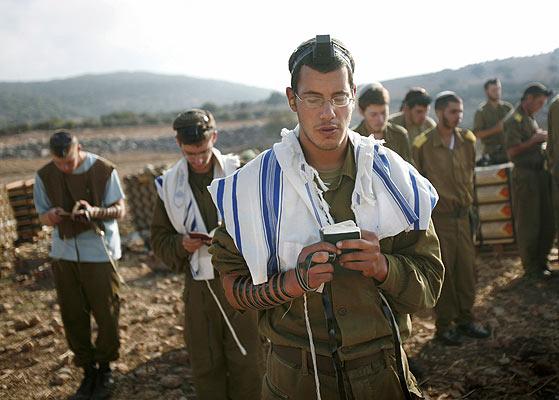 soldados israelies rezando