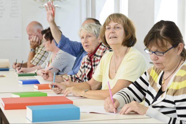 Senioren zur Weiterbildung im Klassenzimmer