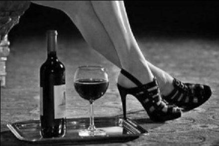 mujer-piernas-y-vino-tinto