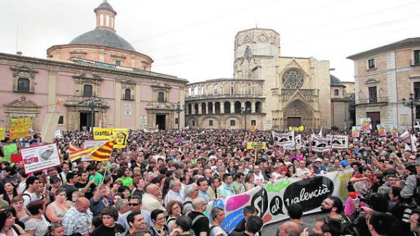 ROBER SOLSONA......20110609.....VALENCIA....Miles de personas se han concentrado hoy en la Plaza de la Virgen de Valencia, convocados por la Escola Valenciana-Federació d'Associacions per la Llengua, en protesta por la eliminación de lineas de enseñanza en valenciano y para oponerse al proyecto de educación trilingüe.ARCHDC