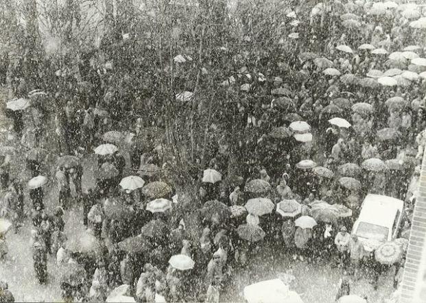 Protesta bajo la tormenta