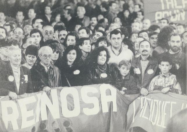 Un grupo de trabajadores sostiene una pancarta
